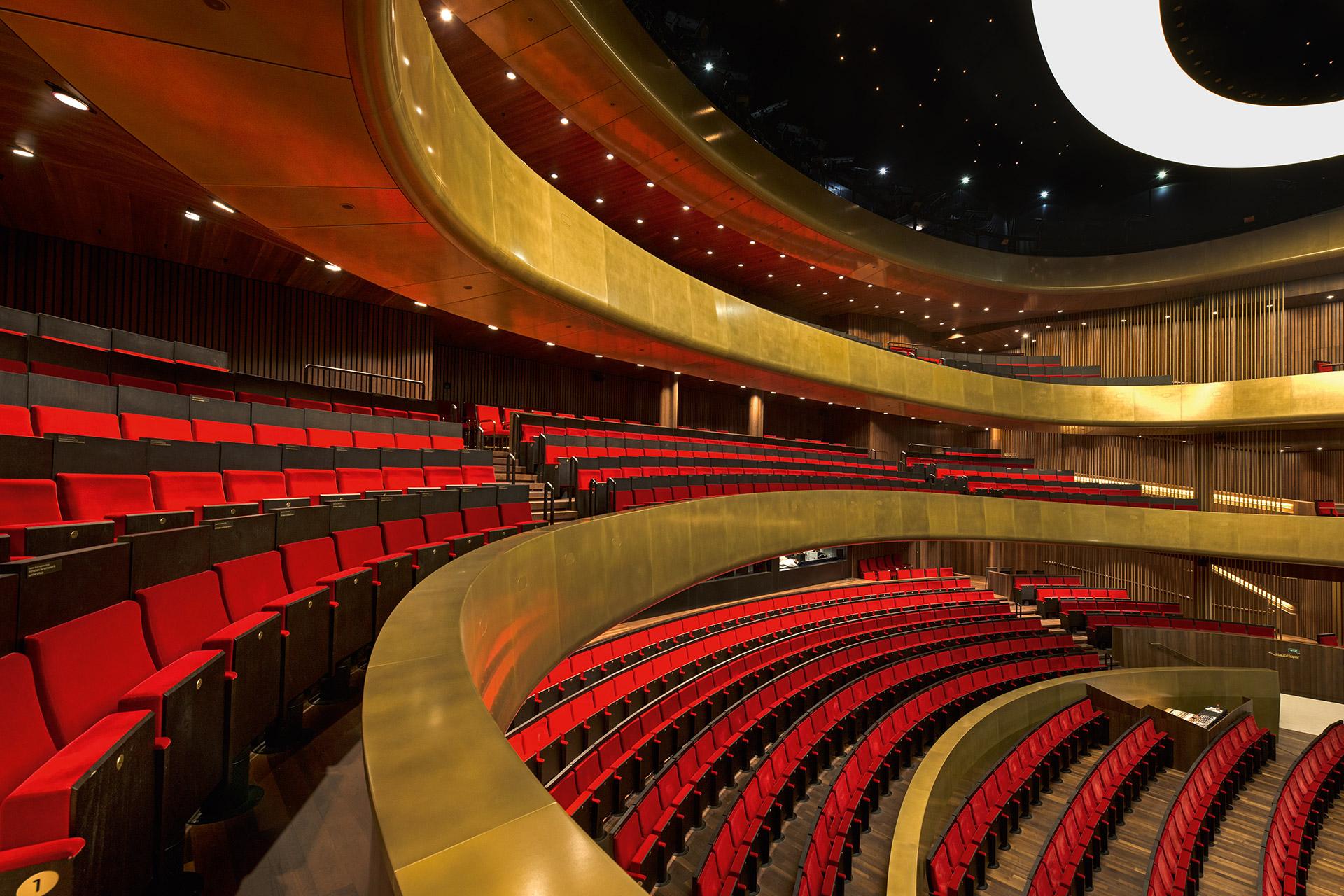 Für das Musiktheater Linz wurde eine spezielle goldenfarbene Beschichtung von SFK entwickelt.