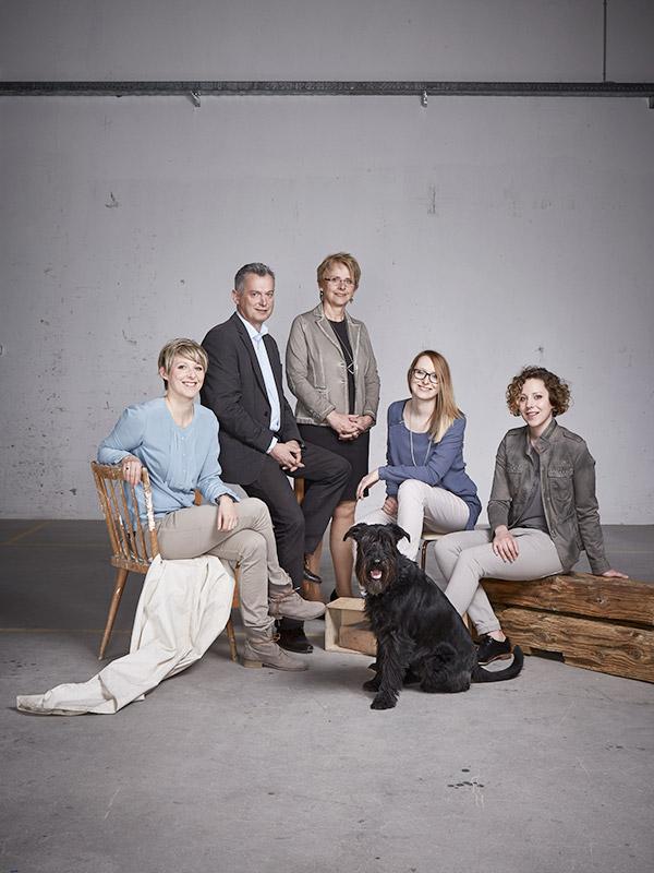 Der Familienbetrieb SFK: Geschäftsführer Gerhard Spitzbart mit Gattin Theresia, den drei Töchtern Claudia Haslinger, Martina Huemer-Fistelberger und Julia Spitzbart, sowie Mittelschnauzer Gaius Max von Muldenthal.