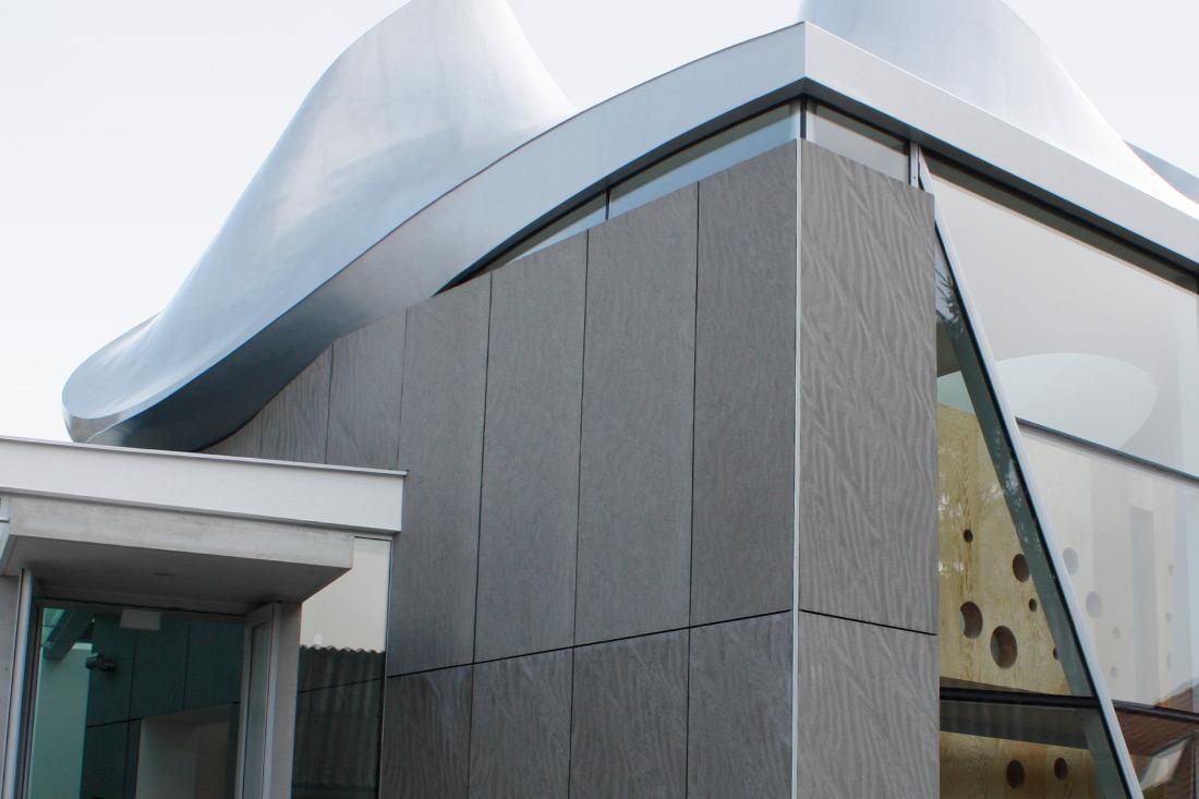 Eternit-Fassadentafeln der Luther Kirch mit individueller Befräsung von SFK in Oberösterreich.