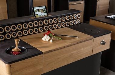 Massivholz mit großer Auswahl an Gewürzen und Tablet-Halter