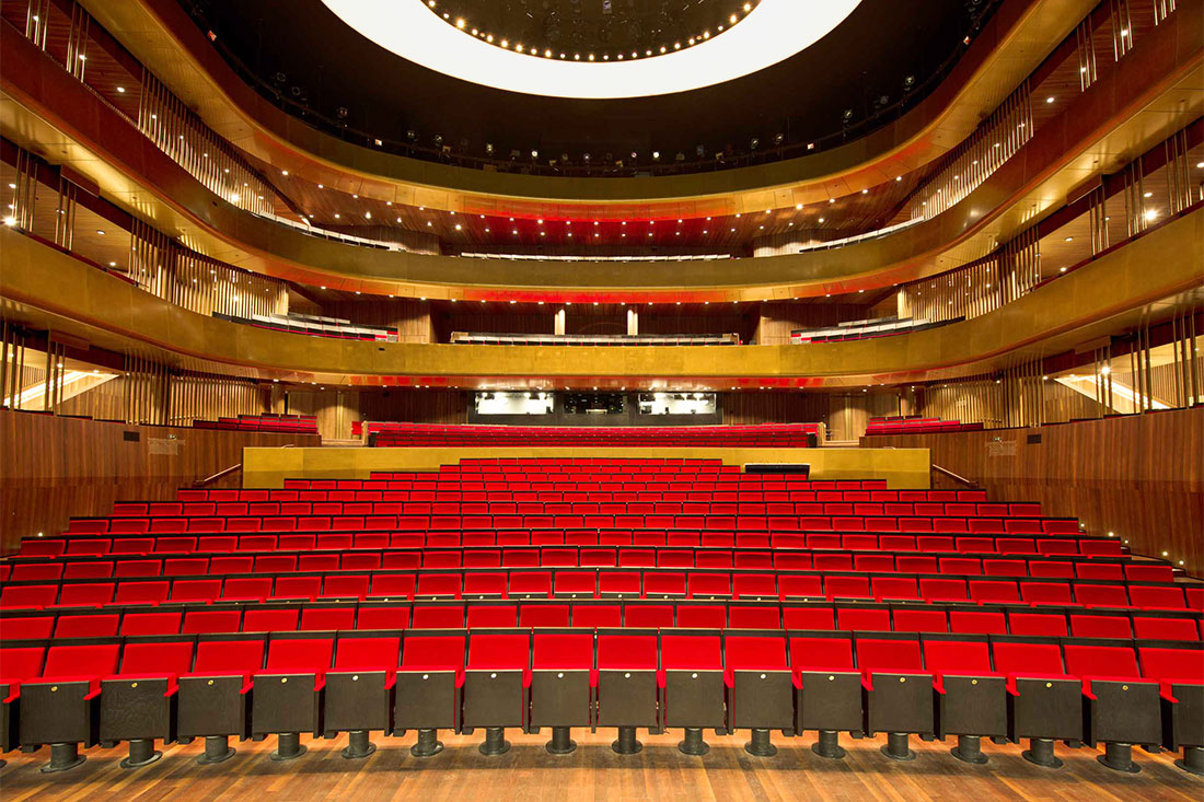 Goldene Brüstungselemente des Musiktheater Linz