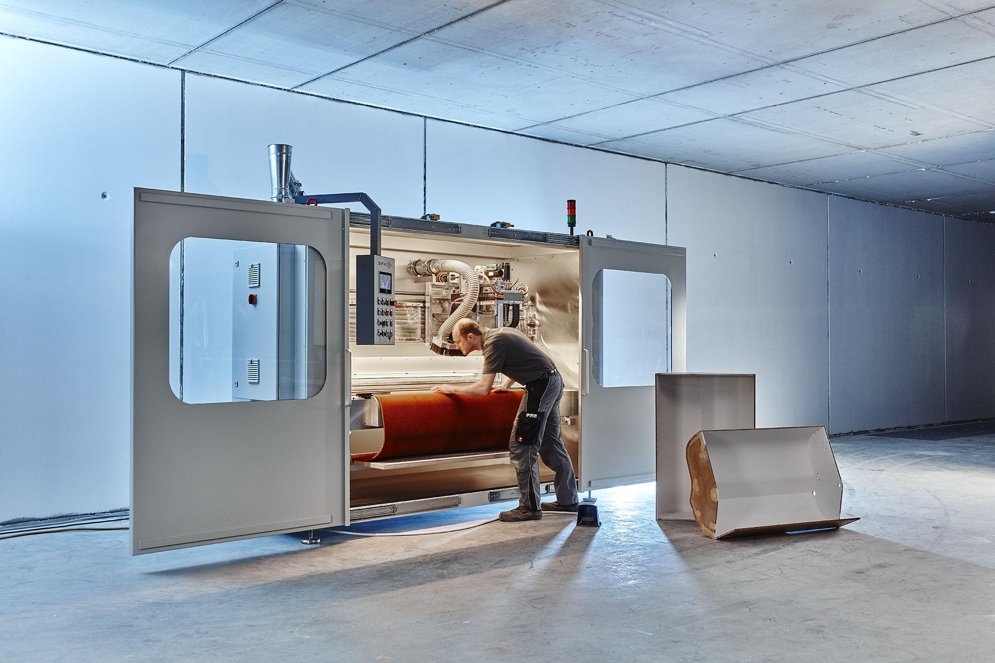 Fräsmaschine bestehend aus Umhausung & Maschinentisch, Aufspannvorrichtung, Fräsaggregat mit Linearführungen, diversen Sicherheitseinrichtungen und NC-Steuerung