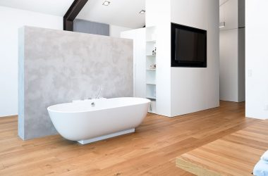 Badezimmermöbel in Sichtbeton-Optik mit schlichten Schränken (Foto: Akkurat Identity)
