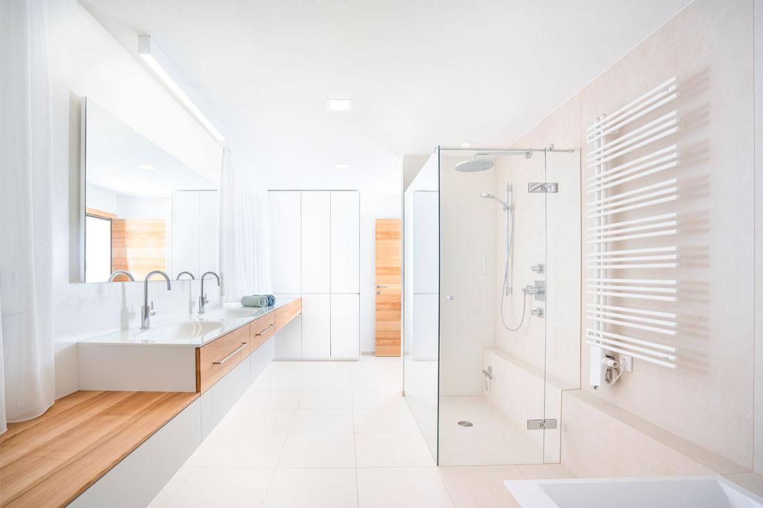 Zeitlose Eleganz im Bad bei gleichzeitig viel Stauraum und Funktionalität (Foto: Akkurat Identity)