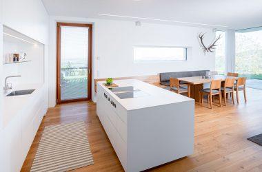 Moderne Küche mit wohnlichem Essbereich und Massivholztisch (Foto: Akkurat Identity)