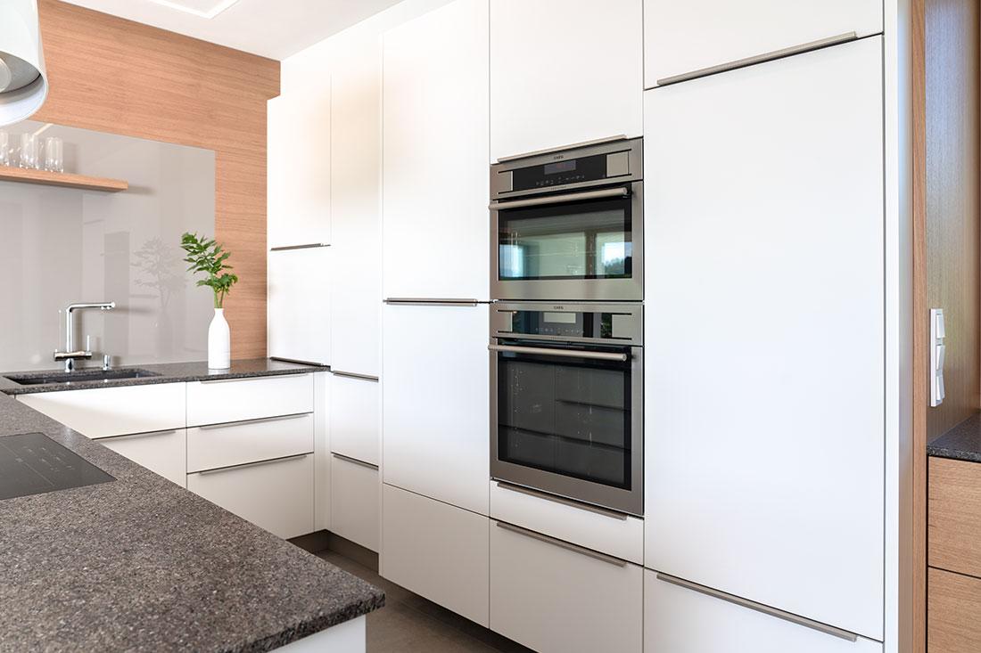 Einbau-Backrohr und Mikrowelle in moderner weißer Küche (Foto: Akkurat Identity)