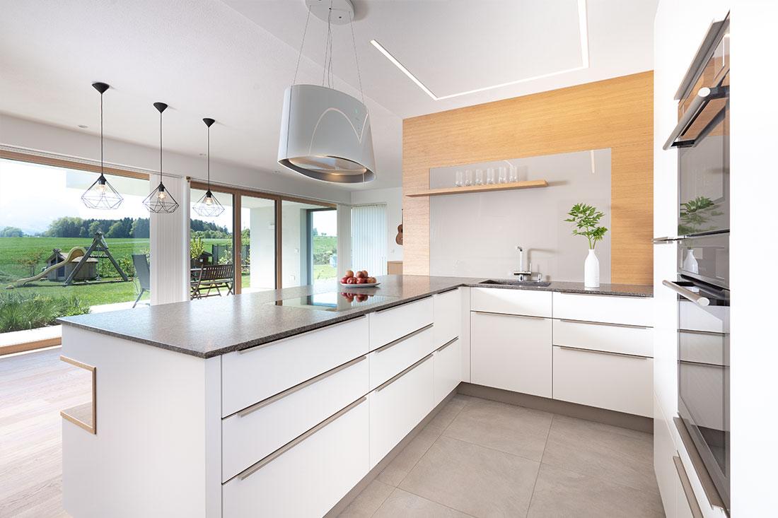 Moderne Küche – Herzstück und Zentrum des offenen und großzügigen Wohnraums (Foto: Akkurat Identity)