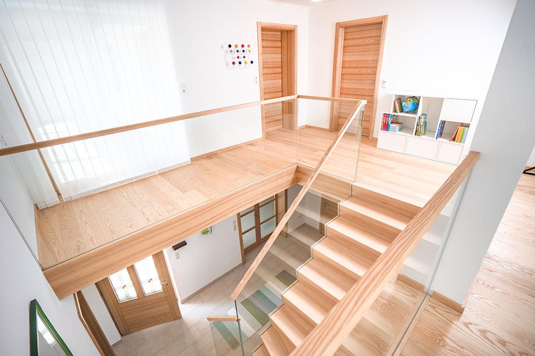Modernes Treppenhaus aus Massivholz vom Tischler (SFK in Kirchham)