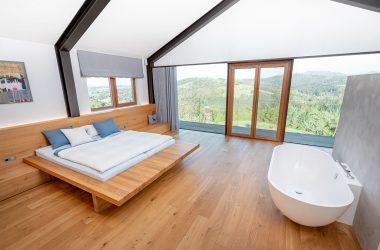 Hochwertiges Schlafzimmer mit Vollholzmöbel und integrierter Badeeinrichtung (Foto: Akkurat Identity)