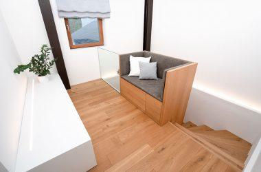 Individuelles Möbelstück für Stiegenabgang mit Wendeltreppe (Foto: Akkurat Identity)