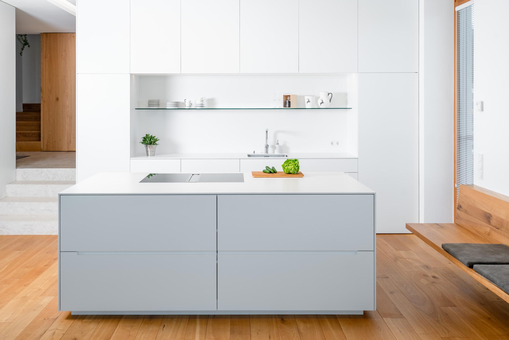 Weiße, edle Küche mit hochwertigem Möbeldesign