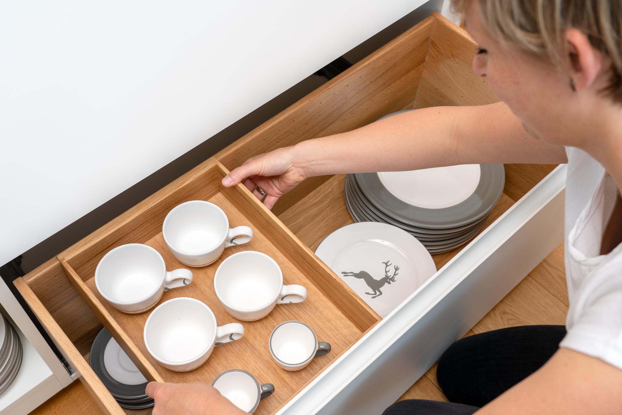 Cleveres Ladensystem für Geschirr in der Küche