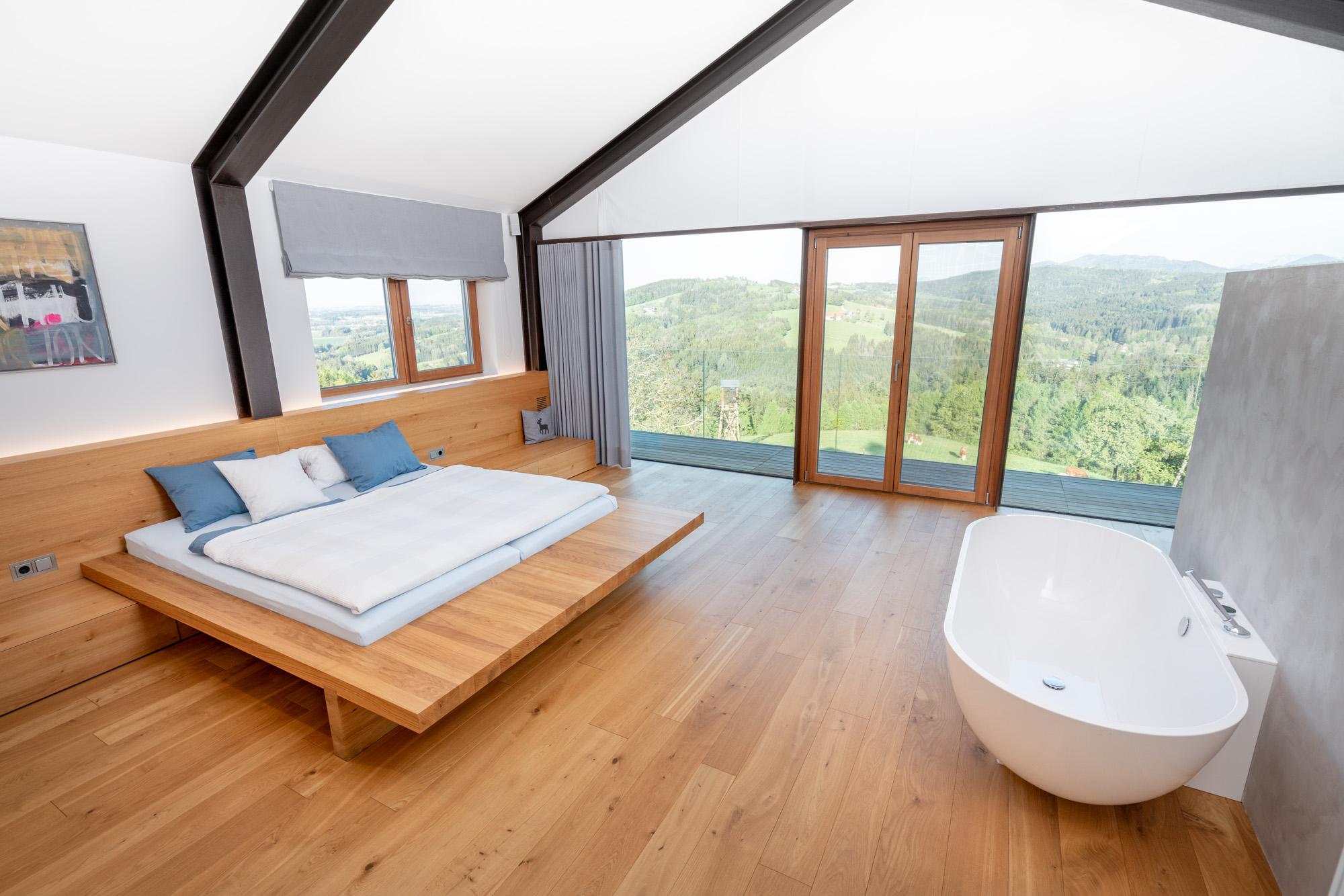 Schlafzimmer mit hochwertiger Wanne und Ausblick ins Salzkammergut
